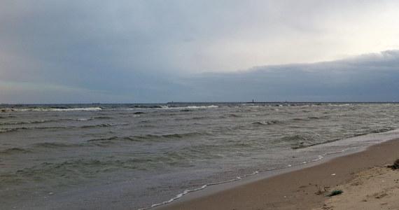 Ratownicy nie wznowią poszukiwań mężczyzny, który wszedł do morza w pobliżu falochronu zachodniego w Darłówku w Zachodniopomorskiem. Prowadzenie akcji ratunkowej uniemożliwiają fatalne warunki atmosferyczne – dowiedziała się nasza reporterka Aneta Łuczkowska.