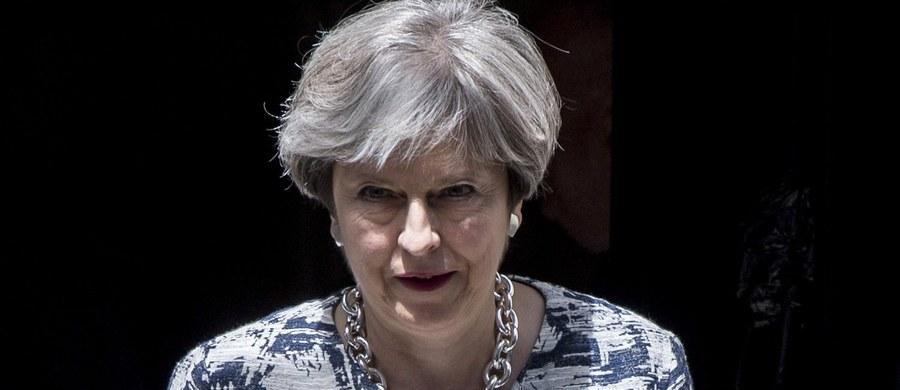 """Brytyjska premier Theresa May przedstawiła w Izbie Gmin założenia rządowej propozycji zachowania praw obywateli Unii Europejskiej mieszkających w Wielkiej Brytanii, w tym blisko milionowej społeczności Polaków. Szefowa rządu podkreśliła, że """"w ramach przedstawionych planów żaden obywatel Unii Europejskiej, który jest zgodnie z prawem w Wielkiej Brytanii, nie będzie poproszony o opuszczenie kraju, kiedy wyjdziemy z UE"""". """"Chcemy, żebyście zostali"""" - dodała."""