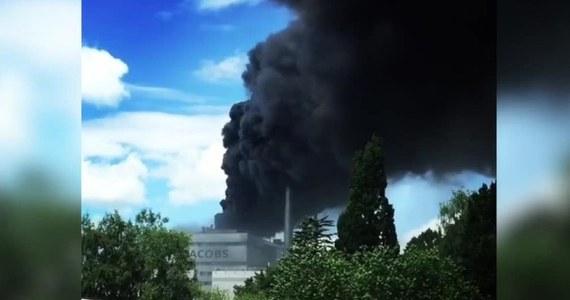 Ponad 100 strażaków walczy z pożarem fabryki kawy w północnych Niemczech. Z budynków w miejscowości Elmshorn (30 km od Hamburga) wydobywa się gęsty czarny dym. Na razie nie ma informacji o poszkodowanych.