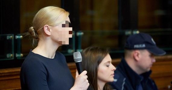 """""""Katarzyna P. odmówi składania zeznań. Korzysta ze swojego prawa"""" - zapowiada mec. Anna Żurawska. Dziś o godzinie 10 sejmowa komisja śledcza do spraw Amber Gold ma przesłuchać żonę zeznającego wczoraj Marcina P. Małżeństwo wspólnie siedzi na ławie oskarżonych w procesie karnym trwającym przed gdańskim sądem. Wczorajsze przesłuchanie trwało wczoraj ponad 5 godzin. Dziś posłowie najpewniej niczego nowego się nie dowiedzą, bo Katarzyna P. ma jedynie odczytać oświadczenie, które już wcześniej wysłała im na piśmie."""