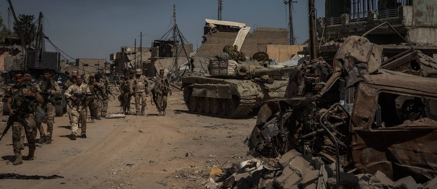 """Po zdobyciu przez irackie siły rządowe meczetu al-Nuri w Mosulu premier Iraku Hajder al-Abadi ogłosił koniec kalifatu Państwa Islamskiego (ISIS). Strona iracka twierdzi, że całkowite wyzwolenie Mosulu zajmie jeszcze kilka dni. Także dzisiaj oddziały Syryjskich Sił Demokratycznych (SDF) zamknęły ostatecznie pierścień okrążenia wokół syryjskiego miasta Ar-Rakka, które dżihadyści uczynili w 2014 roku swoją """"stolicą""""."""
