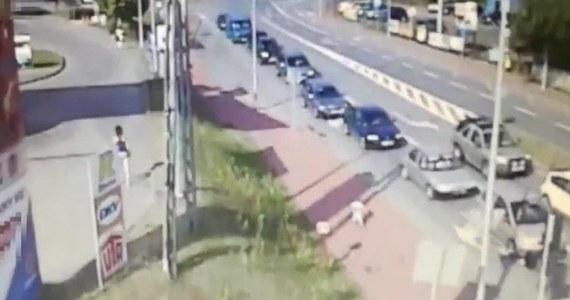 Starachowiccy dzielnicowi otoczyli opieką 3,5-letniego chłopca, który błąkał się ulicami miasta. Na szczęście maluchowi nic się nie stało.