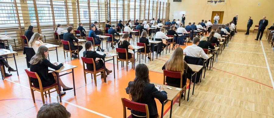 Świadectwo dojrzałości uzyskało 78,5 proc. tegorocznych absolwentów szkół ponadgimnazjalnych. 14,8 proc. abiturientów, którzy nie zdali jednego przedmiotu, ma prawo do poprawki w sierpniu. Pozostali dopiero za rok. To wstępne wyniki tegorocznego egzaminu maturalnego.