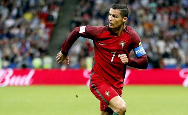 Cristiano Ronaldo podzielił się ze światem swoim szczęściem: opublikował w portalach społecznościowych zdjęcie z córką i synem, którzy - według medialnych doniesień - przyszli na świat 8 czerwca! Portugalska stacja telewizyjna SIC podała, że bliźnięta dostały imiona Eva i Mateo. Co ciekawe, w ciąży może być również obecna dziewczyna Cristiano Ronaldo, Georgina Rodriguez.