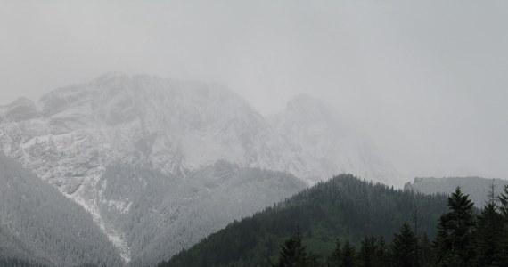 Niedobre wiadomości dla tych, którzy urlop spędzają w górach. Przyszło zapowiadane załamanie pogody. Aura w Tatrach fatalna - donosi reporter RMF FM Maciej Pałahicki.