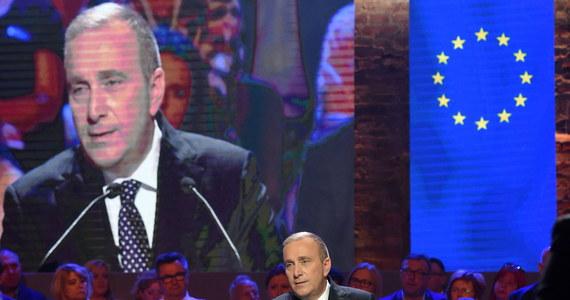 """""""Polacy mają do wyboru dwie wizje: Jarosława Kaczyńskiego - państwa autorytarnego, budowanego na nienawiści, dryfującego po peryferiach Europy i wizję PO - kraju wolnego, solidarnego, bezpiecznego i europejskiego"""" - mówił lider Platformy Grzegorz Schetyna podczas Rady Krajowej partii. """"Nie spodziewaliśmy się, że władza PiS będzie tak zła dla Polski, dla jej miejsca w Europie, dla zwykłych Polaków, a tak dobra dla siebie, dla swoich rodzin, dla swojej partii"""" - dodał."""