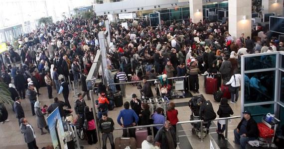 Z prawie 20-godzinnym opóźnieniem wylądował na warszawskim Lotnisku Chopina samolot z polskimi turystami, którzy wczoraj utknęli w Kairze po awaryjnym lądowaniu maszyny. Około 100-osobowa grupa wracała z wakacji w Hurghadzie do Polski. W nocy do Egiptu - po kilkunastu godzinach oczekiwania na lotnisku w Warszawie - kolejna grupa wyleciała do kurortów nad Morzem Czerwonym.