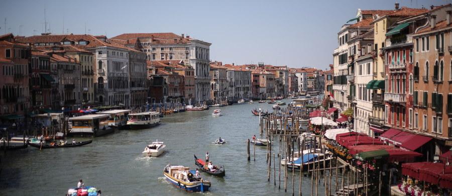 Mieszkańcy Wenecji protestowali przeciwko masowemu napływowi turystów, który - jak podkreślali - zmusza wielu wenecjan do opuszczenia miasta. Ich zdaniem życie w pękającym w szwach historycznym centrum jest nie do zniesienia.