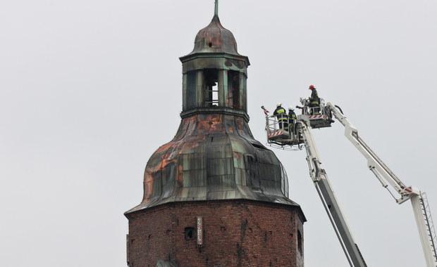 Pożar wieży gorzowskiej katedry, który wybuchł w sobotnie popołudnie, został dogaszony, ale strażacy nadal monitorują temperaturę nadpalonych elementów konstrukcji i sprawdzają wszystkie newralgiczne miejsca. Sztab kryzysowy zdecydował, że iglica oraz część kopuły katedry zostaną zdemontowane ze względów bezpieczeństwa. Akcję przerwano z powodu awarii jednego z wysięgników. Ma ona zostać wznowiona w poniedziałek.