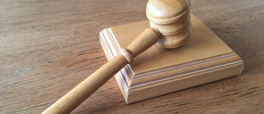 Prokuratura w Płocku skierowała do sądu akt oskarżenia wobec asesora Michała K. podejrzanego m.in. o przekroczenie uprawnień przy kilku komorniczych zajęciach, w tym traktora rolnika spod Mławy. Aktem objęto też 7 innych osób, w tym rodziców asesora.