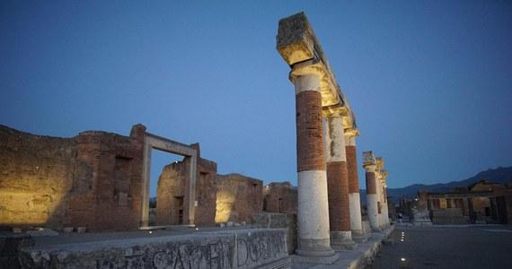 Nocne zwiedzanie sugestywnie oświetlonych Pompejów - to atrakcja przygotowana latem dla turystów na słynnym terenie archeologicznym na południu Włoch. Zakończono tam renowację 64 z 76 miejsc w ramach wielkiego projektu konserwacji zabytków starożytności.