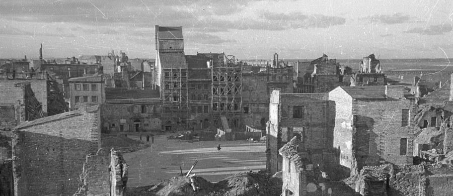 """Olbrzymia lista szkód! Nie tylko Warszawa zrównana z ziemią, zniszczony m.in. przemysł kolejowy, energetyczny... Tak wyglądała Polska po II wojnie światowej - pisze wtorkowy """"Super Express""""."""