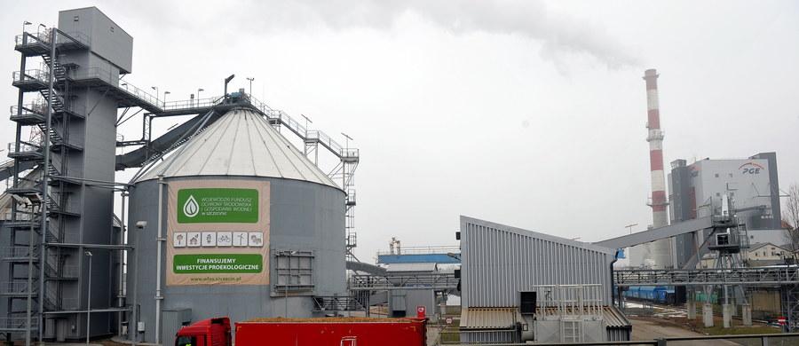 10 osób, w tym 9 pracowników Elektrowni Dolna Odra w Szczecinie, usłyszało zarzuty udziału w zorganizowanej grupie przestępczej i łapownictwa. To kolejni zamieszani w sprawę nieprawidłowości, do których miało dochodzić przy przyjmowaniu biomasy w elektrowni.