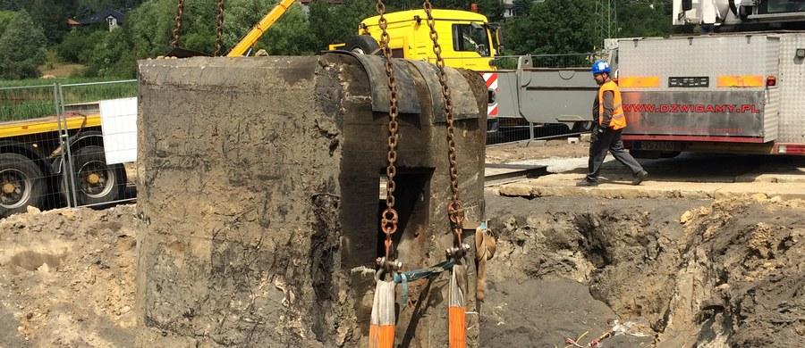 Waży 70 ton i znajdował się w miejscu, w którym budowana jest droga. Schron sprzed II wojny światowej został dziś przeniesiony w bezpieczne miejsce. Operacja odbyła się w Rudzie Śląskiej i choć trwała zaledwie kilkanaście minut, nie była łatwa.