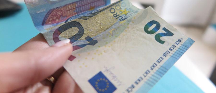 Komisja Europejska zgodziła się we wtorek na udzielenie pomocy publicznej pogrążonemu w kryzysie włoskiemu bankowi Monte dei Paschi di Siena w kwocie 5,4 mld euro. Według KE ma to zapewnić długoterminową rentowność banku.