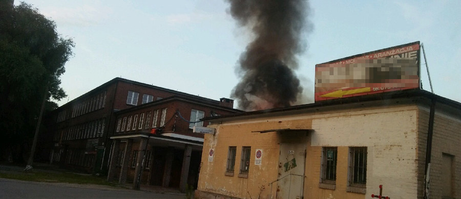 Palił się jeden z budynków Celwiskozy w Jeleniej Górze. W hali mieściła się stolarnia oraz warsztat samochodowy. Jak poinformowała nas straż pożarna, częściowo zapadł się tam dach. Informację o wybuchu ognia dostaliśmy na Gorącą Linię RMF FM.