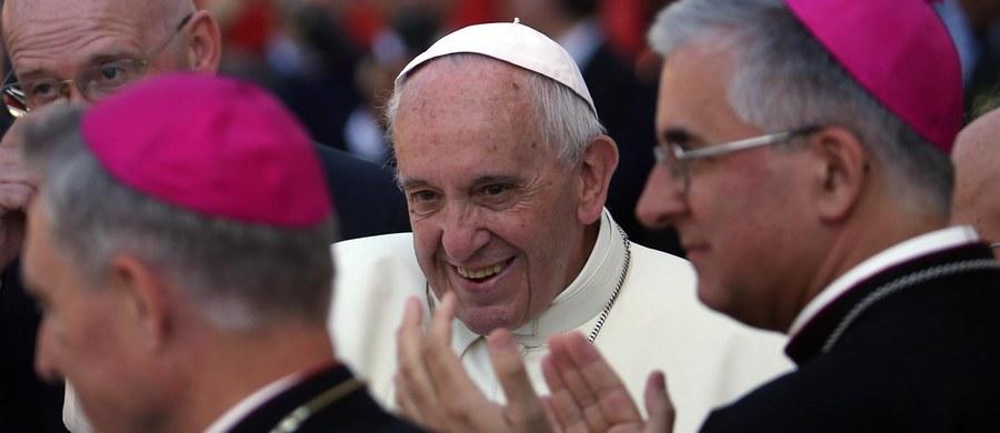 """Dziennik """"Corriere della Sera"""" pisze, że papież Franciszek jest coraz bardziej osamotniony i napotyka na kolejne przeszkody na drodze reform. Według włoskiej gazety w Kurii Rzymskiej rośnie krytyka metod papieża i programu jego pontyfikatu. Autor komentarza wyraża opinię, że seria niedawnych dymisji w Watykanie świadczy o tym, że ponad cztery lata od wyboru Franciszka sytuacja za Spiżową Bramą nie ustabilizowała się."""