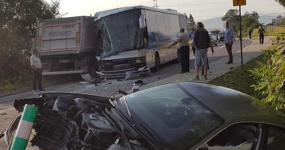 Do czołowego zderzenia ciężarówki i autobusu oraz samochodu osobowego doszło na drodze wojewódzkiej 977 w Piotrkowicach koło Tarnowa w Małopolsce. W wyniku wypadku ranne zostały trzy osoby. Trafiły do szpitala. Informacje o zdarzeniu dostaliśmy na Gorącą Linię RMF FM.