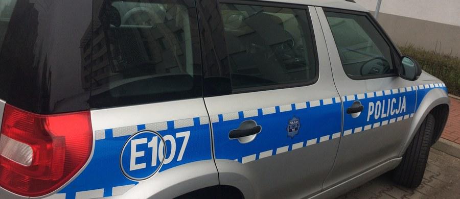 Policja autostradowa pilotowała do szpitala samochód, w którym znajdował się poważnie ranny 8-letni chłopiec. Do zdarzenia doszło w województwie łódzkim. Mundurowych o pomoc poprosiła zrozpaczona matka, która zatrzymała się przy patrolu.