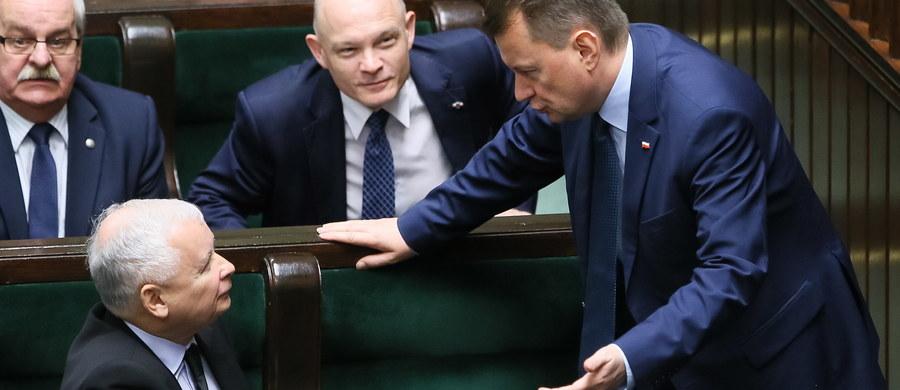"""Sejm odrzucił wniosek opozycji o wotum nieufności dla Mariusza Błaszczaka. Platforma Obywatelska i PSL chciały jego odwołania za sprawę śmierci Igora Stachowiaka na komendzie policji we Wrocławiu. Przed głosowaniem w Sejmie doszło do ostrej debaty. """"Pan ma krew na rękach"""" - mówił lider PO Grzegorz Schetyna. """"To jeden z najlepszych ministrów tego rządu, to człowiek, który rzeczywiście pracuje dla Polski"""" - bronił Błaszczaka prezes PiS Jarosław Kaczyński."""