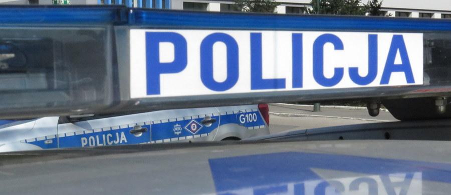 Policja zatrzymała w Łodzi 30-latka, który zdenerwowany, że nie został zatrudniony, poinformował pracownika ochrony, że podłoży bombę w centrum handlowym. Mężczyźnie grozi kara do 2 lat więzienia.