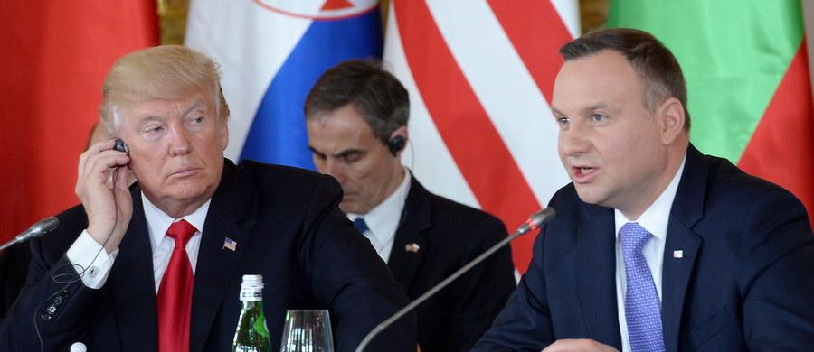 """Donald Trump wraz z żoną Melanią goszczą w Warszawie. Para prezydencka przyleciała w środę wieczorem. Dziś, po godzinie 9 prezydent USA spotkał się z Andrzejem Dudą na Zamku Królewskim. """"Potwierdziliśmy trwałe więzi przyjaźni, które łączą naszych obywateli. Polska to nie tylko wielki przyjaciel, ale i ważny sojusznik oraz partner"""" – mówił Trump na konferencji prasowej. Prezydent USA wziął także udział w Szczycie Inicjatywy Trójmorza. """"Ona odbuduje cały region i """"zagwarantuje, że wasza infrastruktura, tak samo jak wasze zobowiązania na rzecz bezpieczeństwa i swobody przywiążą was do całej Europy i całego Zachodu"""" – powiedział amerykański przywódca. Po godzinie 13 Donald Trump wygłosił przemówienie na warszawskim Placu Krasińskich."""