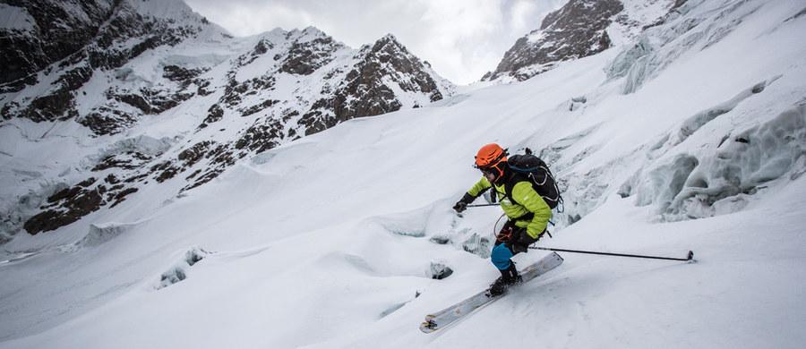 """""""Ostatnio udało nam się zanieść do góry sprzęt, ale trochę zmęczeni podróżą zdecydowaliśmy się wrócić do bazy. Teraz trzeba tam wrócić, rozłożyć namioty i wszystko przygotować"""" - relacjonuje kolejny dzień wyprawy na K2 29-letni Andrzej Bargiel, który zamierza z wierzchołka, położonego na wysokości 8611 metrów, zjechać na nartach. Zapowiada, że jeszcze dziś lub jutro wyruszą do obozu pierwszego. """"Mamy dobrą prognozę na kolejne kilka dni, także od razu będziemy próbować postawić obóz drugi"""" - zapowiada Bargiel."""