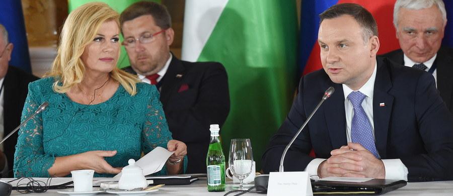 Współpraca między krajami Trójmorza jest w interesie UE, przyczyni się do jej rozwoju - głosi przyjęta w czwartek deklaracja uczestników drugiego szczytu inicjatywy Trójmorza w Warszawie. Priorytetem Trójmorza - według dokumentu - jest wspieranie inwestycji w infrastrukturę.