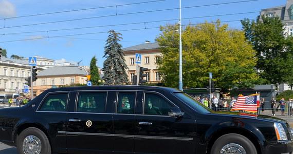 Policjanci uratowali życie mężczyźnie, który przyszedł zobaczyć przejazd kolumny z amerykańskim prezydentem - poinformował rzecznik stołecznej policji podkom. Sylwester Marczak. 37-latek upadł i stracił przytomność, policjanci zaczęli go reanimować.