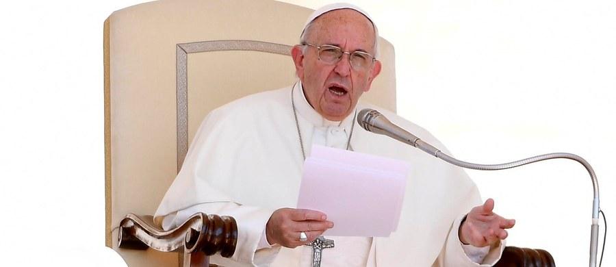 """Papież Franciszek w opublikowanym dziś tweecie napisał: """"Migranci to nasi bracia i siostry szukający lepszego życia z dala od biedy, głodu czy wojny"""". Publicyście dziennika """"La Repubblica"""" powiedział z kolei, że obawia się sojuszy przeciwko migrantom."""
