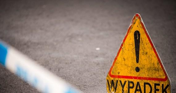 """Trzy osoby zginęły w wypadku, do którego doszło na krajowej """"ósemce"""" na trasie Białystok-Warszawa w miejscowości Szumowo (Podlaskie). Samochód uderzył w jadącego z naprzeciwka tira, auta się zapaliły. Trwa akcja gaszenia pojazdów."""