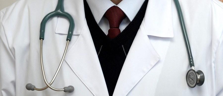 Wraca bulwersująca sprawa znanego krakowskiego chirurga-łapówkarza, który wciąż mimo ciążącego na nim wyroku, nie trafił za kratki. Jak ustalił dziennikarz RMF FM, żaden biegły nie chce podjąć się oceny stanu zdrowia Jana S., która jest niezbędna, żeby wsadzić przestępcę za kratki. Na łapówkarzu ciąży wyrok 2 lat i 8 miesięcy bezwzględnego więzienia.