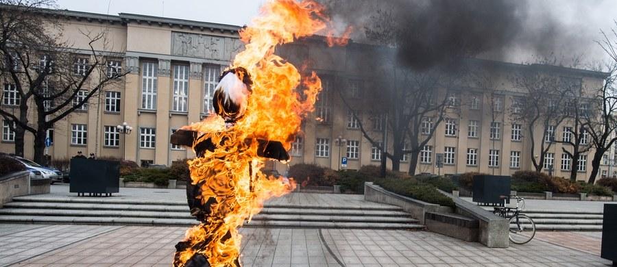 Skazana na trzy miesiące więzienia za spalenie kukły Żyda Piotr Rybak trafi do więzienia. Wrocławski sąd odrzucił wniosek o możliwość odbywania przez niego kary w systemie dozoru elektronicznego.