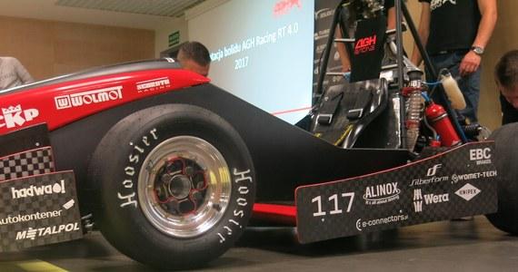 """Przyspiesza w zaledwie 4 sekundy do """"setki"""" i osiąga maksymalnie 130 kilometrów na godzinę. To bolid zbudowany przez studentów z grupy AGH Racing. Zaprezentowana dziś w Krakowie maszyna zachwyca rozwiązaniami technicznymi."""