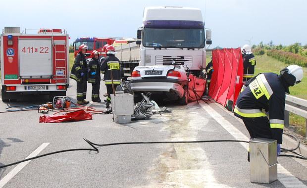 Trzy osoby zginęły w wypadku na drodze krajowej numer 22, na obwodnicy Chojnic na Pomorzu. Jedna osoba - 11-letnie dziecko - została ranna. Zderzyły się tam czołowo samochód osobowy z ciężarówką. Droga przez około 4 godziny była całkowicie zablokowana.