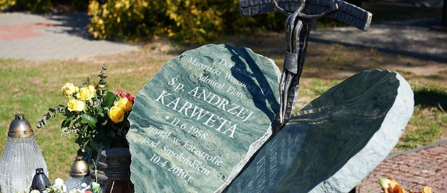 """W trumnie śp. Andrzeja Karwety, który zginął w katastrofie smoleńskiej, znaleziono liczne części ciał innych członków delegacji - czytamy w środowej """"Gazecie Polskiej"""". Jak ustalili dziennikarze, w niektórych trumnach pozostałych ofiar, Rosjanie świadomie przemieszali szczątki mężczyzn i kobiet."""