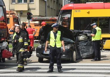 Zderzenie tramwaju z trzema autami w Warszawie. Są poszkodowani