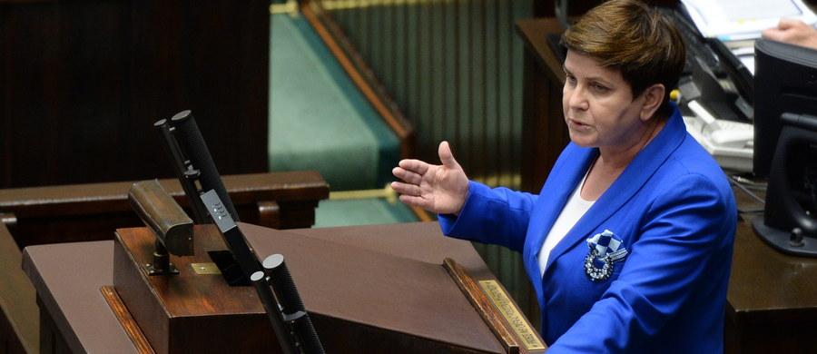 Celem Funduszu Dróg Samorządowych jest realizacja bardzo ambitnego programu naprawy dróg lokalnych w najmniejszych samorządach - powiedziała w Sejmie premier Beata Szydło. Według niej samorządowcy bezskutecznie pukają do urzędów marszałkowskich, zdominowanych przez PO i PSL.