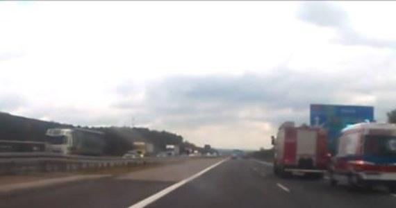 Wypadek z udziałem wojskowego autobusu na A4 w Mysłowicach. Do szpitala trafiło 5 osób. Informację o wypadku dostaliśmy od pana Dariusza na Gorącą Linię RMF FM.