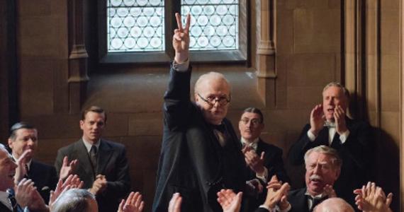"""Do sieci trafił zwiastun filmu """"Darkest Hour"""". Głównym bohaterem tego obrazu jest Winston Churchill, którego gra Gary Oldman. Zwiastun pokazuje, że jego metamorfoza jest naprawdę imponująca."""
