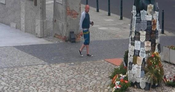 Policjanci z warszawskiego śródmieścia opublikowali wizerunek wandala, który uszkodził cztery tablice na terenie Muzeum Więzienia Pawiak przy ulicy Dzielnej. Funkcjonariusze proszą o kontakt osoby, które rozpoznają tego mężczyznę.