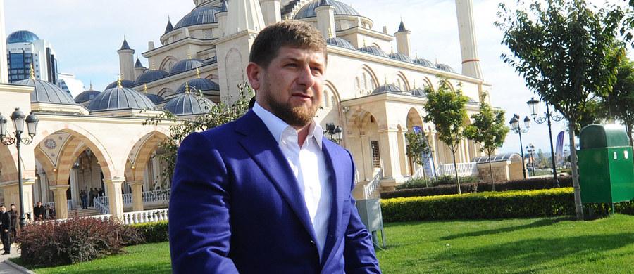 """Przywódca Czeczenii Ramzan Kadyrow ocenił, że wyrok w sprawie zabójstwa opozycyjnego polityka Borysa Niemcowa """"wygląda dziwnie"""", i stwierdził, że dowody winy są """"wątpliwe"""". Oświadczył także, że """"przeciwko Czeczenii i jej ludności trwa wojna informacyjna""""."""