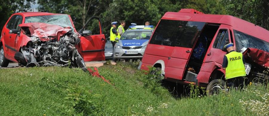 11 osób zostało rannych, w tym 3 ciężko, w czołowym zderzeniu busa z samochodem osobowym w miejscowości Gocław w gminie Pilawa na Mazowszu. Ruch w miejscu wypadku odbywa się wahadłowo.