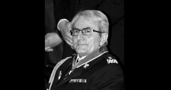 W wieku 74 lat zmarł generał Feliks Dela - pierwszy Komendant Główny Państwowej Straży Pożarnej, twórca prawnych i organizacyjnych podstaw nowoczesnej formacji ratowniczej. Generał Dela przyczynił się do unowocześnienia wyposażenia strażaków, odmłodzenia kadry i wzrostu poziomu jej wykształcenia.