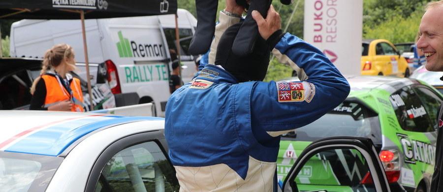 Zmienna pogoda towarzyszyła uczestnikom 9. Wyścigu Górskiego w Limanowej. Tuż przed startem spadł deszcz i konieczna była wymiana opon. Trasa okazała się niezwykle wymagająca. Na śliskiej nawierzchni kolizję zaliczył Wojciech Szulc, który wypadł z trasy i uderzył w bariery. Najlepszy czas należy do Dubaia.