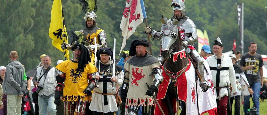 Uroczystości w 607. rocznicę bitwy wojsk polsko-litewskich z Zakonem Krzyżackim odbyły się w sobotę na Wzgórzu Pomnikowym w Grunwaldzie. W apelu, oprócz wojska, wzięli udział harcerze uczestniczący w Zlocie Wspólnoty Drużyn Grunwaldzkich.