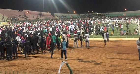 Co najmniej osiem osób zginęło, a wiele zostało rannych, gdy podczas meczu piłki nożnej na stadionie miejskim w Dakarze wybuchła panika. Taką informację podało senegalskie ministerstwo sportu.