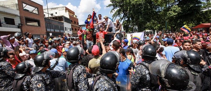 Co najmniej 2 osoby zginęły, a 4 zostały ranne podczas zorganizowanego przez opozycję wenezuelską nieoficjalnego referendum o przyszłości kraju. Kraj rządzony przez prezydenta Nicolasa Maduro pogrąża się w kryzysie gospodarczym i politycznym.