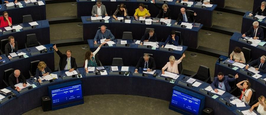 """Liderzy pięciu grup w Parlamencie Europejskim chcą, by jego szef Antonio Tajani """"wysłał jasny sygnał"""" w imieniu PE do polskiego prezydenta, rządu i parlamentu, że przyjęcie zmian odnoszących się do wymiaru sprawiedliwości spotka się z """"konsekwencjami"""". PiS zwraca uwagę, że obszar wymiaru sprawiedliwości należy do wyłącznych kompetencji państw członkowskich, a rozwiązania, jakie proponuje się w naszym kraju, funkcjonują już w wielu innych państwach unijnych."""