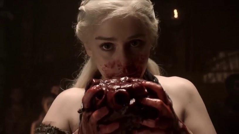 """Mimo że stacja HBO rozpoczęła właśnie emisję siódmego sezonu serialu """"Gra o tron"""", Emilia Clarke, odtwórczyni roli Daenerys Targaryan, wciąż doskonale pamięta jedną ze swoich pierwszych scen na planie produkcji HBO, w której jej bohaterka musiała zjeść surowe serce konia."""